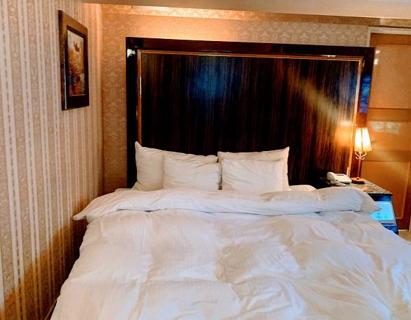 目黒エンペラー405号室のシモンズ製ベッド