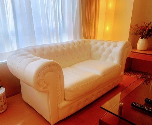 アペルト401号室の白いソファ