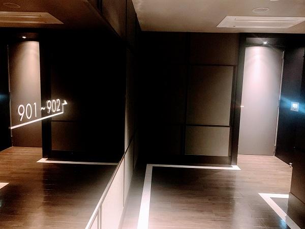 照明を落とした廊下
